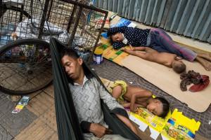010 leica q street photographer face hunter jens andersen finefoto homeless poor powerty family mother father street kids children hunger garbage photojournalism slum phnom penh cambodia asia