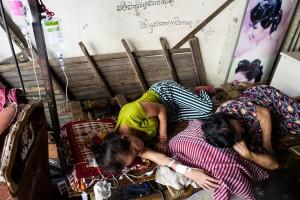 011 leica q street photographer face hunter jens andersen finefoto homeless poor powerty hunger phnom penh cambodia family disease photojournalism slum woman mother asia